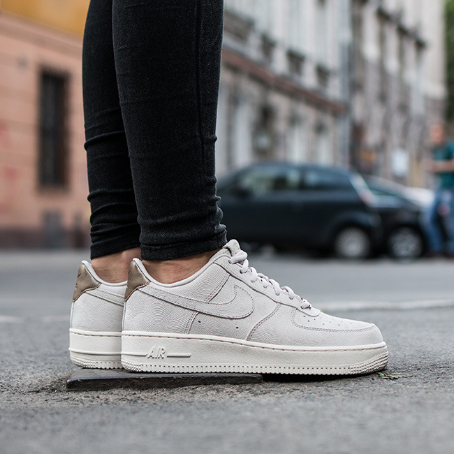 f259dd2a4675 ... get buty damskie sneakersy nike air force 1 07 premium suede 818595 001  312fb 0d471